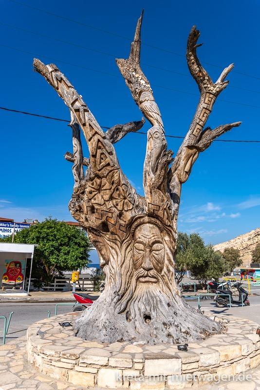 Totholz mit Schnitzerei in Matala